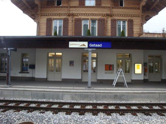 Hotel Bernerhof Gstaad: Train station