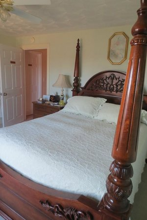 Serenity Hill Bed and Breakfast: Our Room