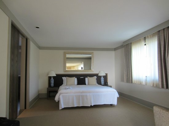 Heritage House Resort: The bedroom portion of our king suite. Bathroom on left.