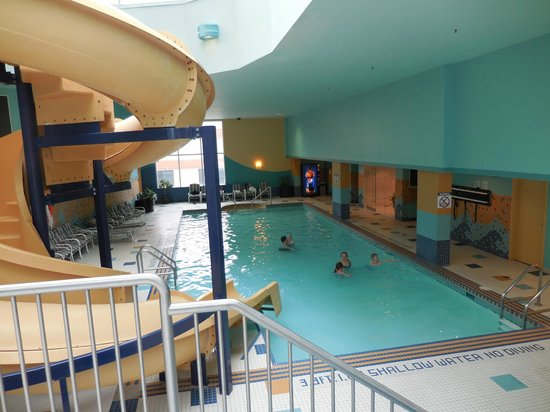 Sheraton Suites Calgary Eau Claire: Slide and pool