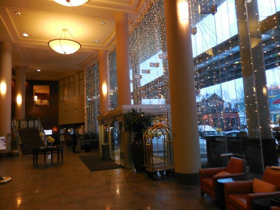 Sheraton Suites Calgary Eau Claire: The lobby in the early morning
