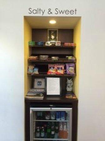 Menlo Park Inn: Snack Kiosk in lobby