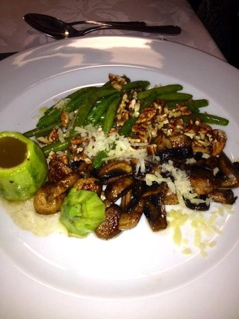Catedral Restaurante & Bar: Mushroom, Green Bean, Pecan Salad. Note the hollowed out squash filled with dressing!