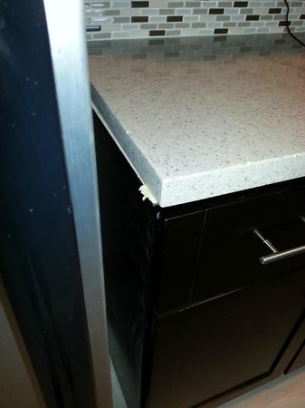 Staybridge Suites St. Petersburg Downtown: Wood sticking out from countertop/cabinet