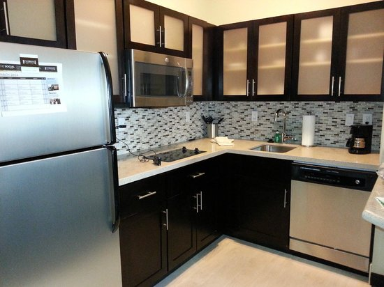 Staybridge Suites St. Petersburg Downtown: Kitchen in Suite