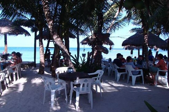 La Buena Vida Restaurant : Outdoor patio with views along Half Moon Bay, Akumal
