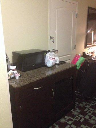Hilton Garden Inn Cartersville: Refrigerator & microwave
