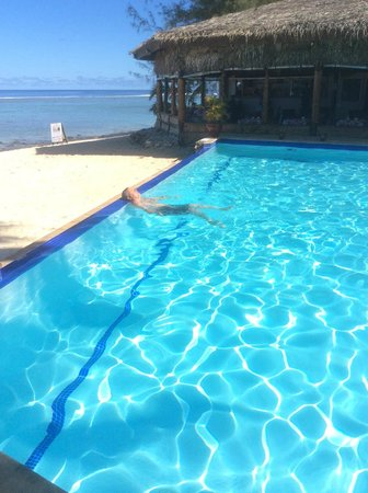 Manuia Beach Resort: Gorgeous pool on the beach with restaurant beside