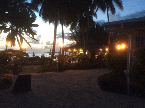 Manuia Beach Resort: Evening ambiance