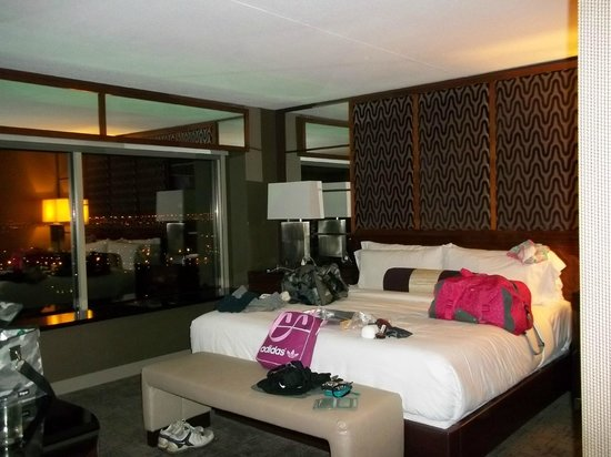 MGM Grand Hotel and Casino : HUGE Comfy Bed!