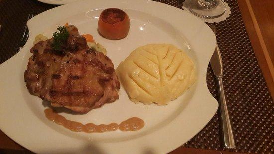 Aryaduta Makassar: Charcoal Chicken Lemon dengan mashed potatoes