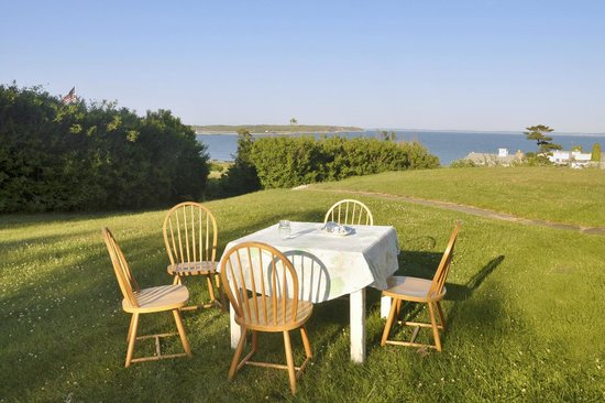 Avalon, The Inn on Cuttyhunk: breakfast on the lawn