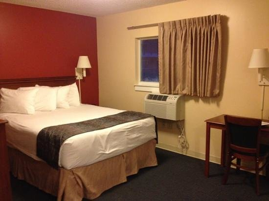 Suburban Extended Stay Hotel - Stuart: comfy queen bed with windows that open but have a lock