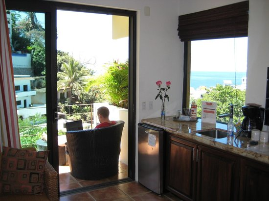 Casa Cupula: Corner of room - wet bar and views