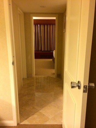 Doubletree by Hilton Torrance - South Bay: Hallway to bedroom