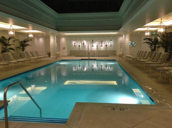 Four Seasons Hotel Westlake Village : Indoor Pool--Nice sitting section beside it