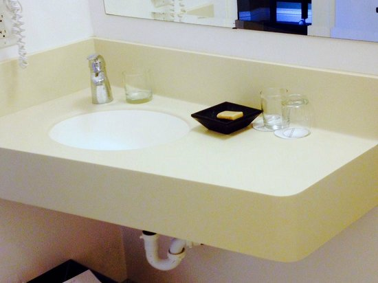 Waters Edge Hotel: Very small vanity in the bath, no other vanity available.
