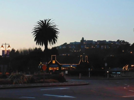 Waters Edge Hotel: Lily Kai restaurant lit up as the sun goes down in Tiburon.