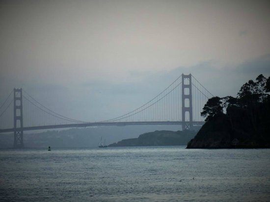 Waters Edge Hotel: Walking the Tiburon waterfront near The Caprice restaurant, you can see the Golden Gate.