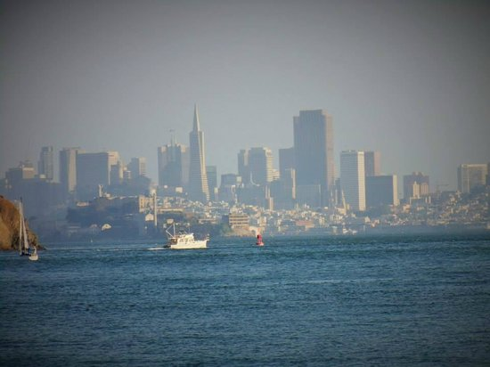 Waters Edge Hotel: Using a camera with 32X combined zoom: SF is just across the bay!