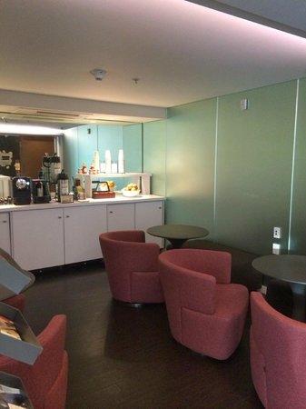 Hotel Keen: ワインテイスティングやコーヒー、紅茶はレセプションの向かいのこのスペースで提供されます