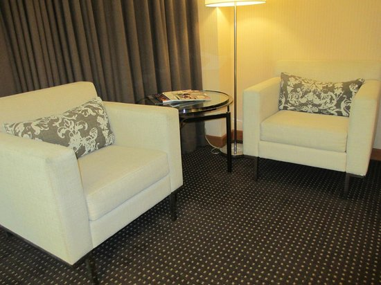 Le Meridien San Francisco: Pleasant sitting area in bedroom