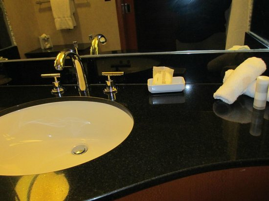 Le Meridien San Francisco: Clean bathroom, but measly toiletries not replenished