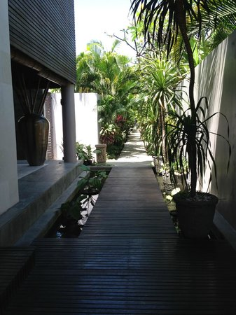 Bhavana Private Villas: walk to villa
