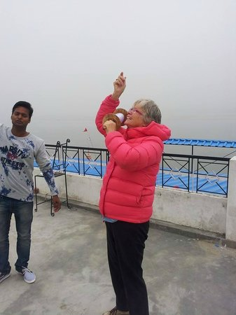 Rahul Guest House: Guest Fly Kite On Rooftop
