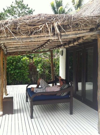 Navutu Stars Fiji Hotel & Resort: daybed for relaxation