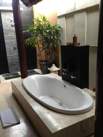 Bhavana Private Villas: bathroom