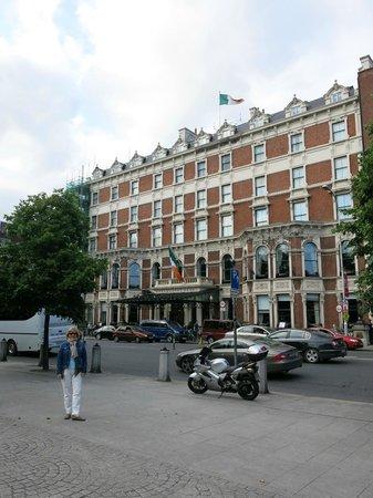 The Shelbourne Dublin, A Renaissance Hotel: Desde la acera de enfrente