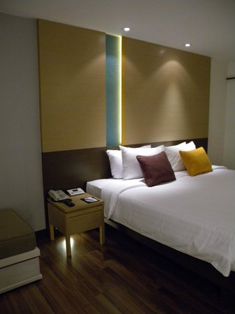 Bangkok Hotel Lotus Sukhumvit: Bedside in New Room