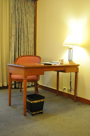 Bangkok Hotel Lotus Sukhumvit : Working Desk in Old Room