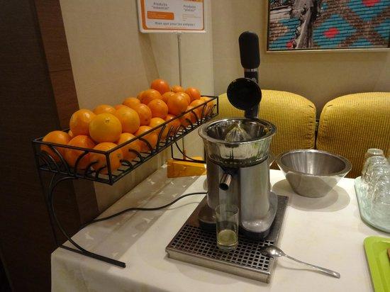 Ibis Styles Dijon Central: 朝食のオレンジジュース生搾り機