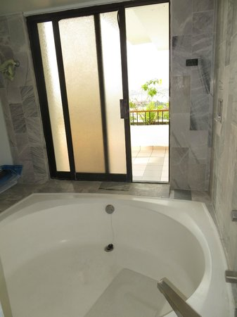 Park Royal Huatulco : Big tub with walk-out to baloney & ocean view