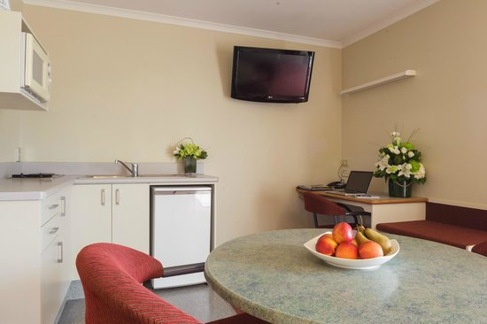 Fairley Motor Lodge: living area one bedroom