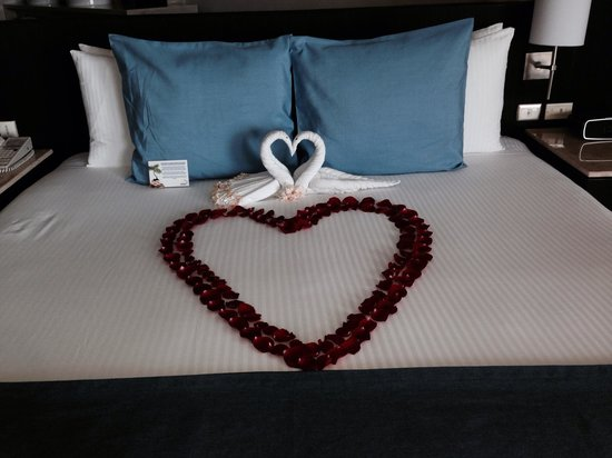 Grand Park Royal Cancun Caribe: Hotel bed on arrival (15 yr anniversary)