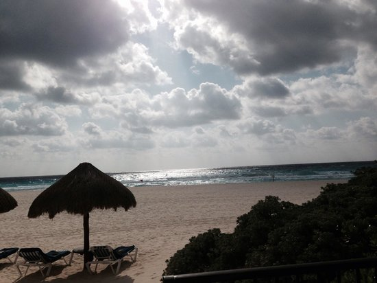 Grand Park Royal Cancun Caribe: View of beach from ground floor