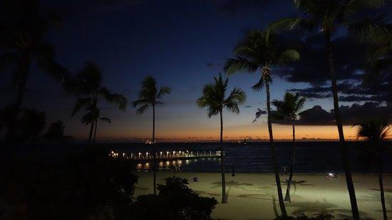 Hilton Hawaiian Village Waikiki Beach Resort : Sunset view from the Pool Bar at Ali'i Tower