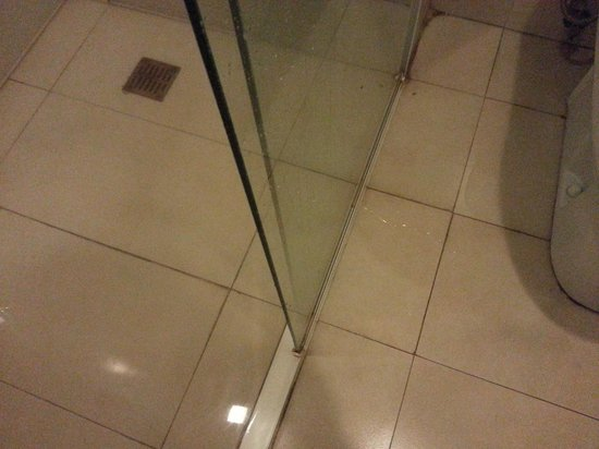 Go Hotels Mandaluyong : since the drainage is flooded the water started to spread in the bathroom