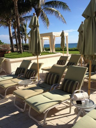 Four Seasons Resort, Palm Beach : Pool Deck overlooking beach