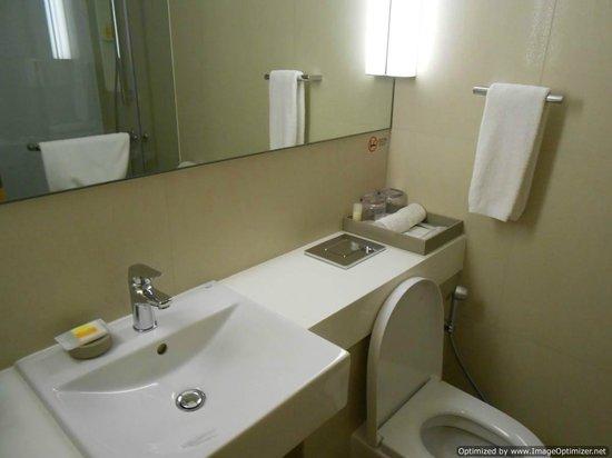 Days Hotel Singapore At Zhongshan Park: Inside Bathroom