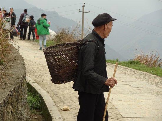 Dragon's Backbone Rice Terraces : 道端のおじさん