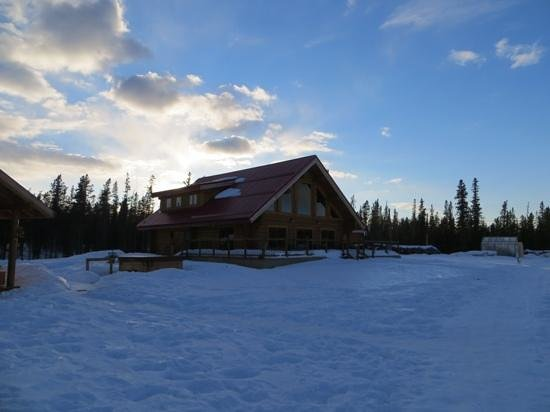 Northern Lights Resort & Spa : The main lodge with the hot tub nearby