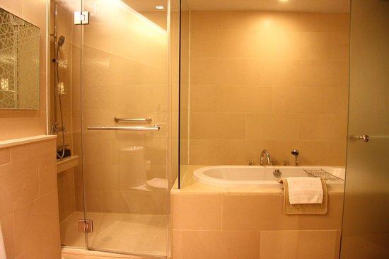 Anantara Sathorn Bangkok Hotel: big tub