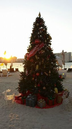 Traders Hotel, Qaryat Al Beri, Abu Dhabi: Christmas tree on the beach!
