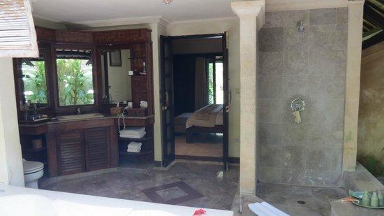 Hotel Vila Lumbung: Outdoor bathroom deluxe downstairs bungalow