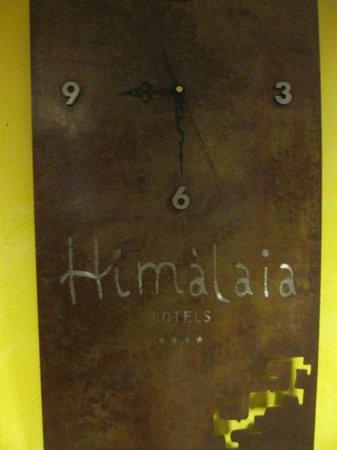 Himalaia Soldeu: Часы рдом с лифтом в отеле.