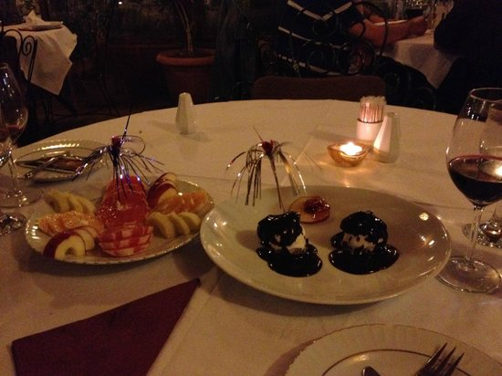 Orient Restaurant: Desserts- fruit plate and profiteroles